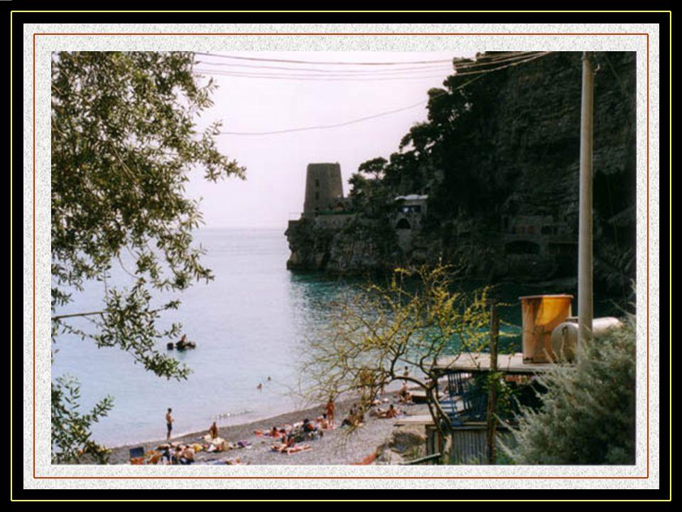 Positano, est bâti de part et dautre dune étroite vallée et partant du bord de mer. Il faut souvent emprunter des escaliers car cest une ville vertica