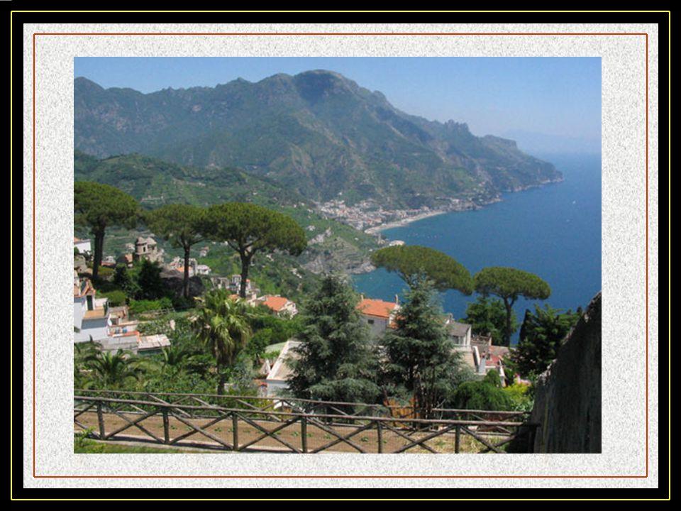 Ravello. Dominant la mer de plus de 300 m au sommet de la Vallée des Dragons, elle est le siège du Ravello Festival en lhonneur de Richard Wagner. Ces