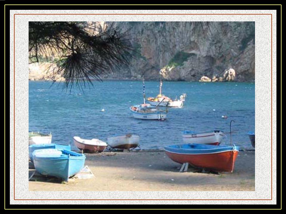 Vico Equense, est un village baigné par la mer, entouré de collines verdoyantes et rocheuses où se réfugiaient dans le passé les faucons pèlerins, cha