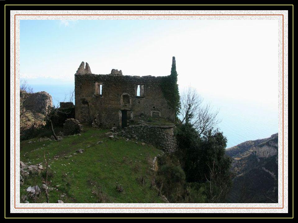 Le sentier des Dieux Si le parcourt auto sur le chemin côtier de la côte Amalfitaine ne vous suffit pas, il y a aussi ce sentier pédestre qui vous lai
