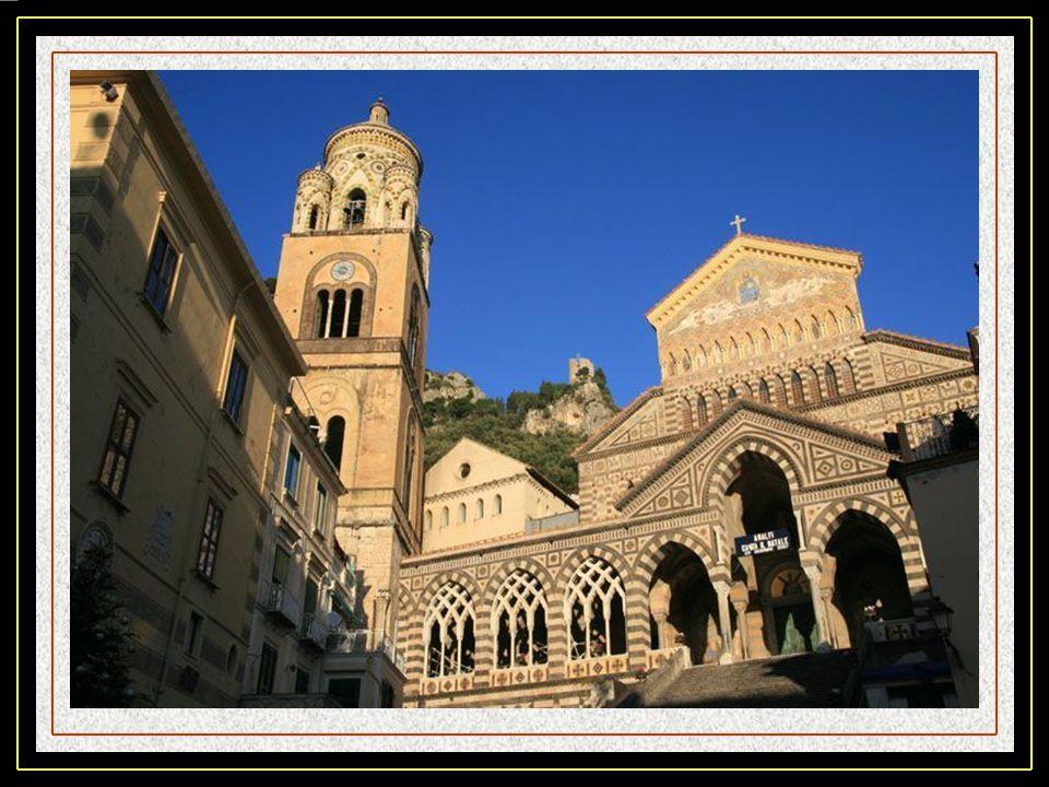 Amalfi. La ville est installée depuis le fond dune gorge jusquau port. Elle est dominée par le Mt Cerreto 1315 m et en recouvre une partie des parois.