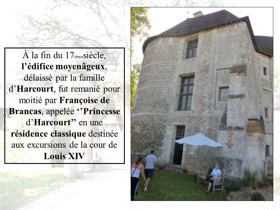 Situé au cœur de la Normandie Le château d HARCOURT demeure pendant des siècles Le berceau de la famille dHarcourt. Bâti sur les hauteurs dun vallon,