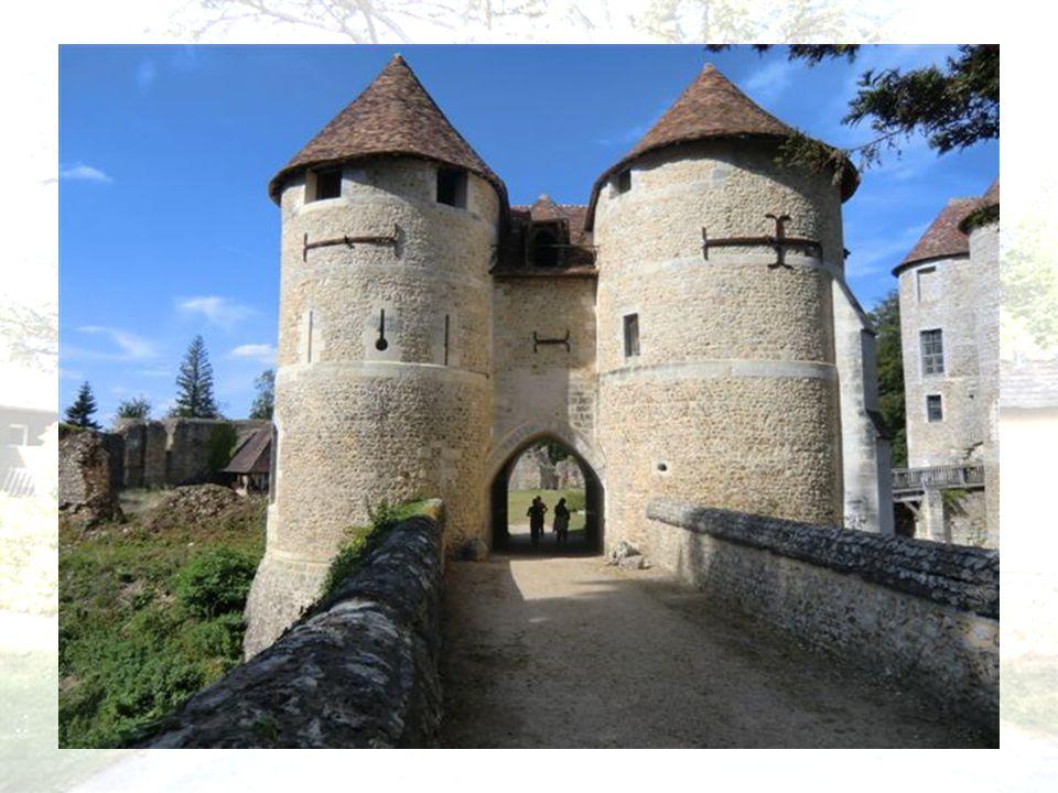 Une façade ordonnée de grandes fenêtres et aux étages soulignés par de petites corniches prend la place de la haute cour médiévale Les extérieurs du c