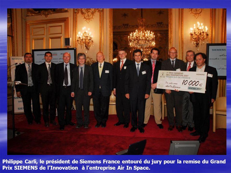 Philippe Carli, le président de Siemens France entouré du jury pour la remise du Grand Prix SIEMENS de lInnovation à lentreprise Air In Space.