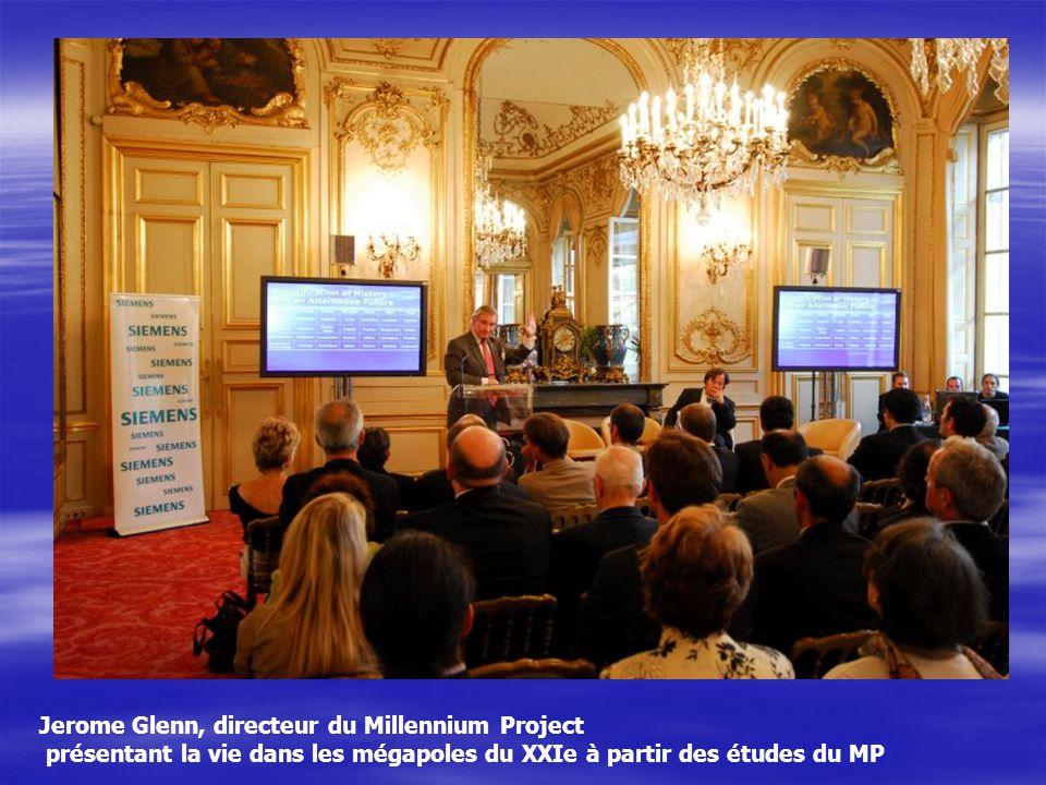 Jerome Glenn, directeur du Millennium Project présentant la vie dans les mégapoles du XXIe à partir des études du MP