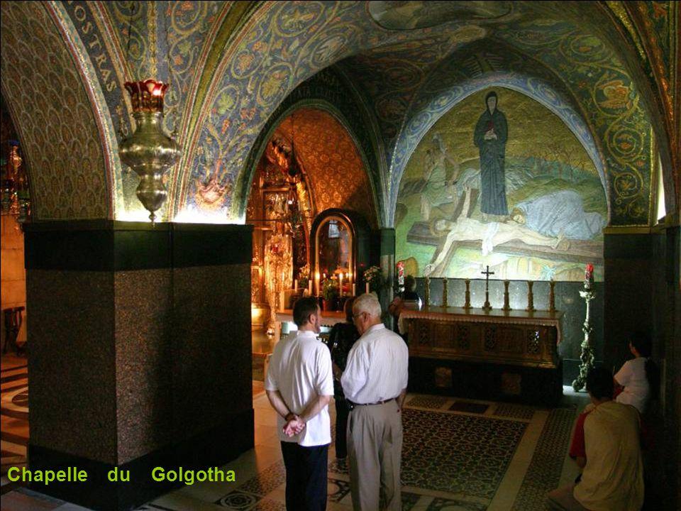 Le Golgotha historique. Surface de roche derrière le verre