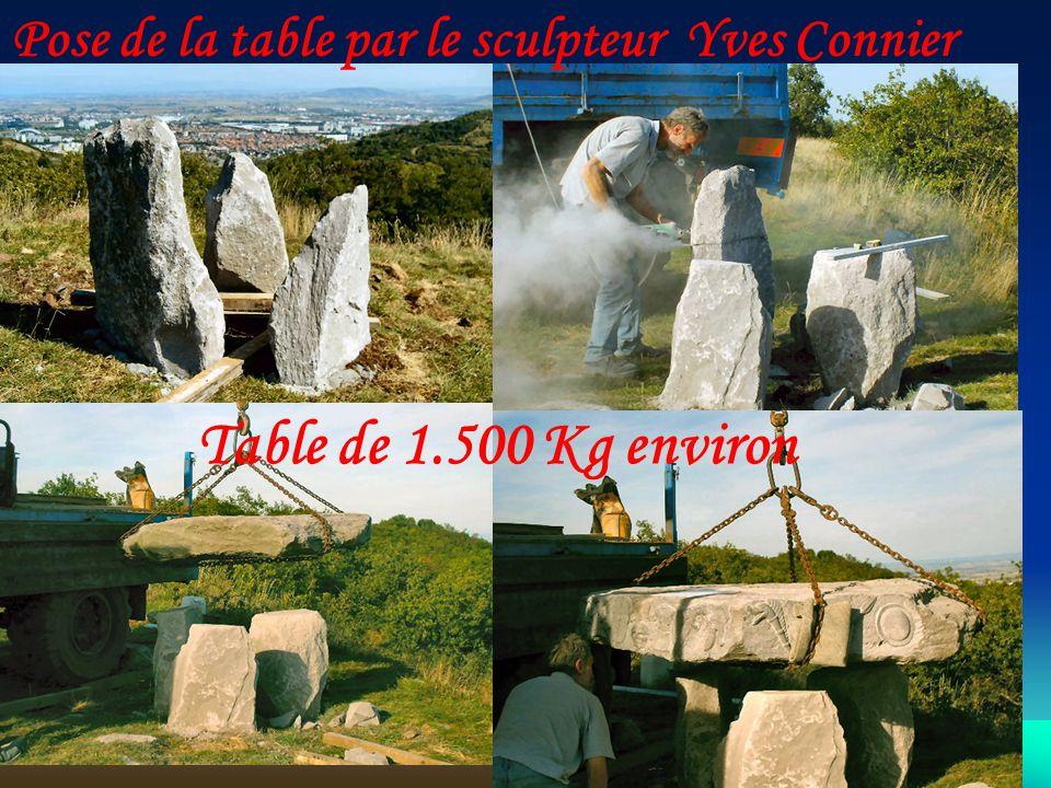 Pose de la table par le sculpteur Yves Connier Table de 1.500 Kg environ