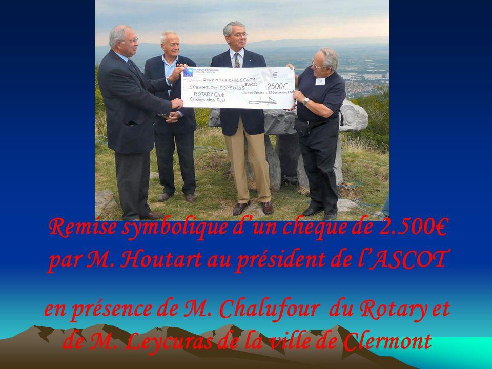 Remise symbolique dun cheque de 2.500 par M. Houtart au président de lASCOT en présence de M.