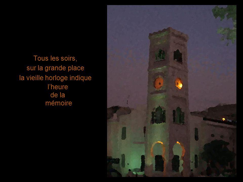 Tous les soirs, sur la grande place la vieille horloge indique lheure de la mémoire