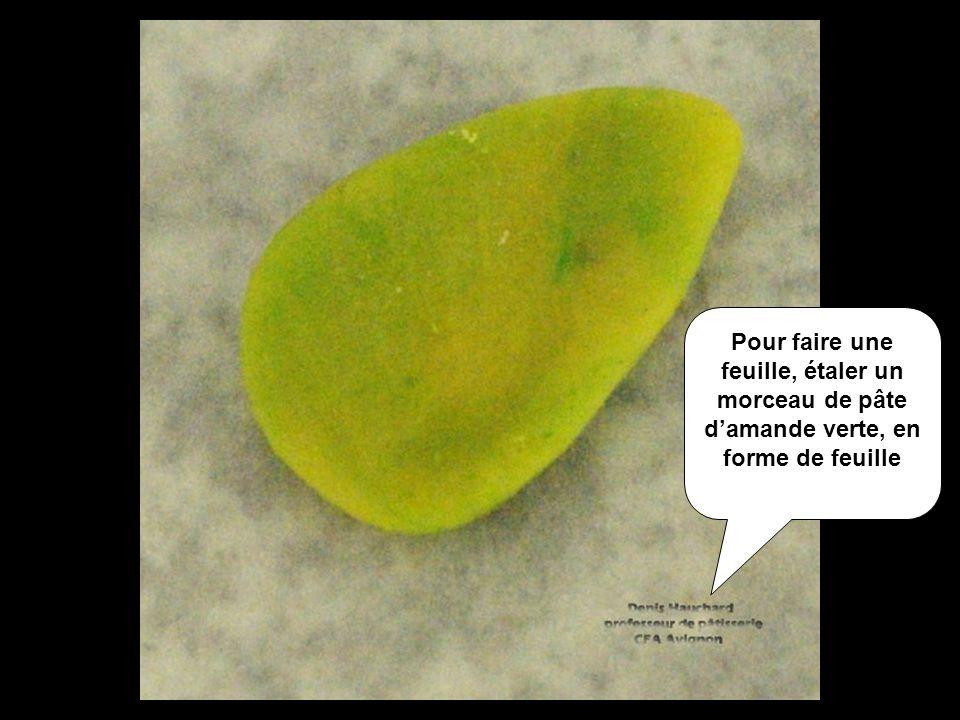 Pour faire une feuille, étaler un morceau de pâte damande verte, en forme de feuille