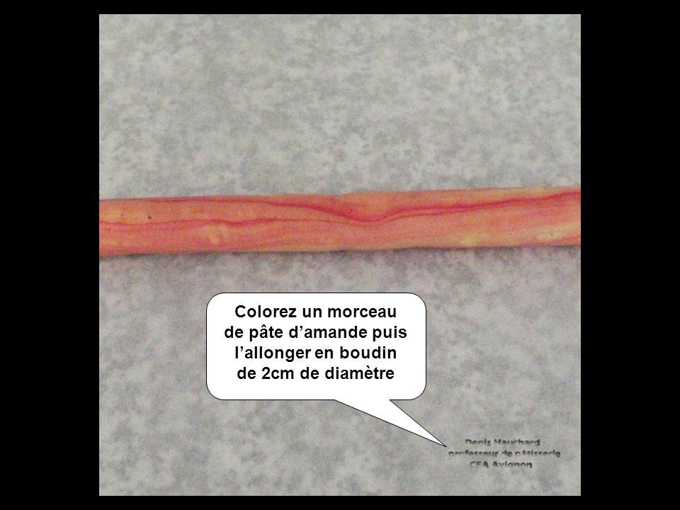Colorez un morceau de pâte damande puis lallonger en boudin de 2cm de diamètre