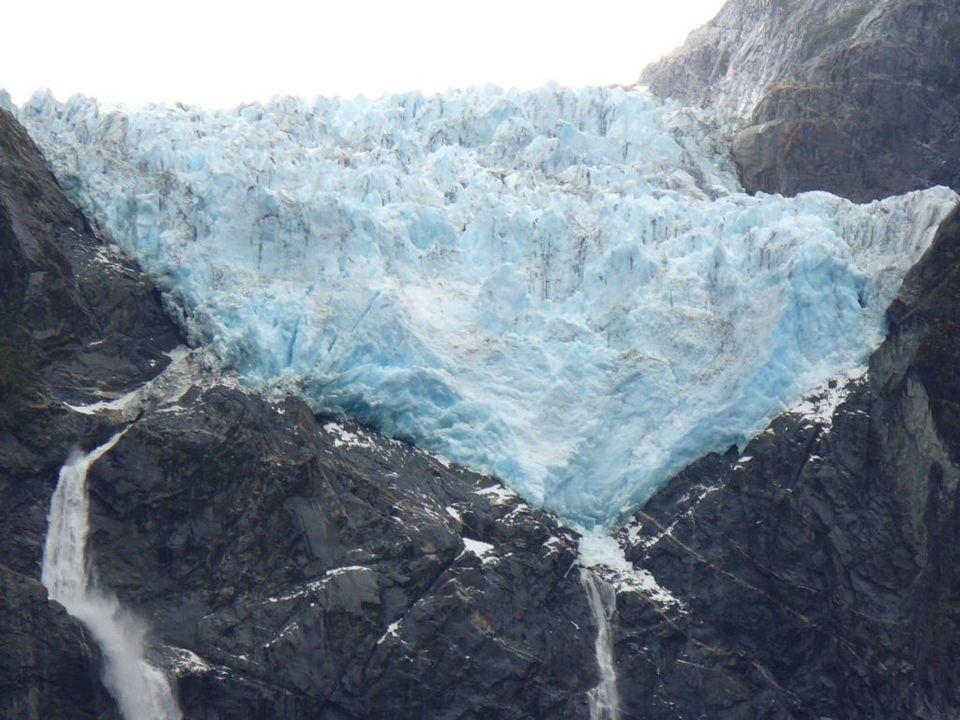 Une promenade dans cette jungle aux précipitations et à lhumidité constantes nous dévoile la majesté du glacier suspendu.
