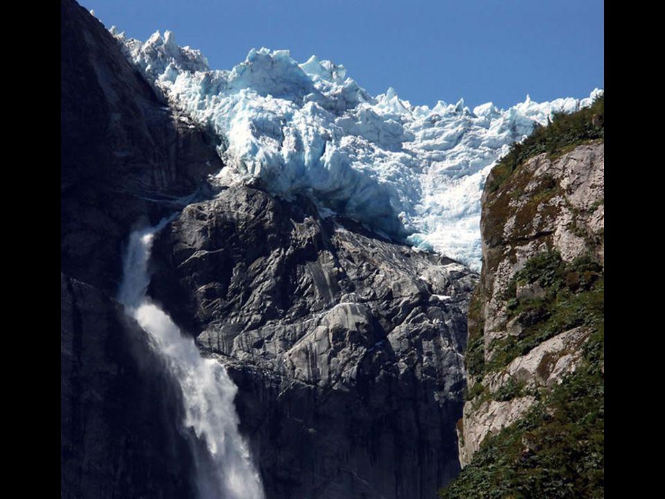 Le glacier suspendu a une altitude de 1889 mètres au- dessus de la mer, il fait parti de lun des champs de glace très anciens du parc, et du glacier Queulat.