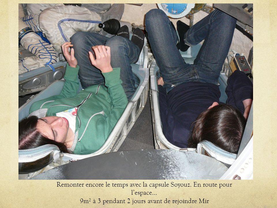 Remonter encore le temps avec la capsule Soyouz. En route pour lespace… 9m² à 3 pendant 2 jours avant de rejoindre Mir
