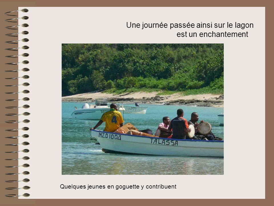 Une journée passée ainsi sur le lagon est un enchantement Quelques jeunes en goguette y contribuent