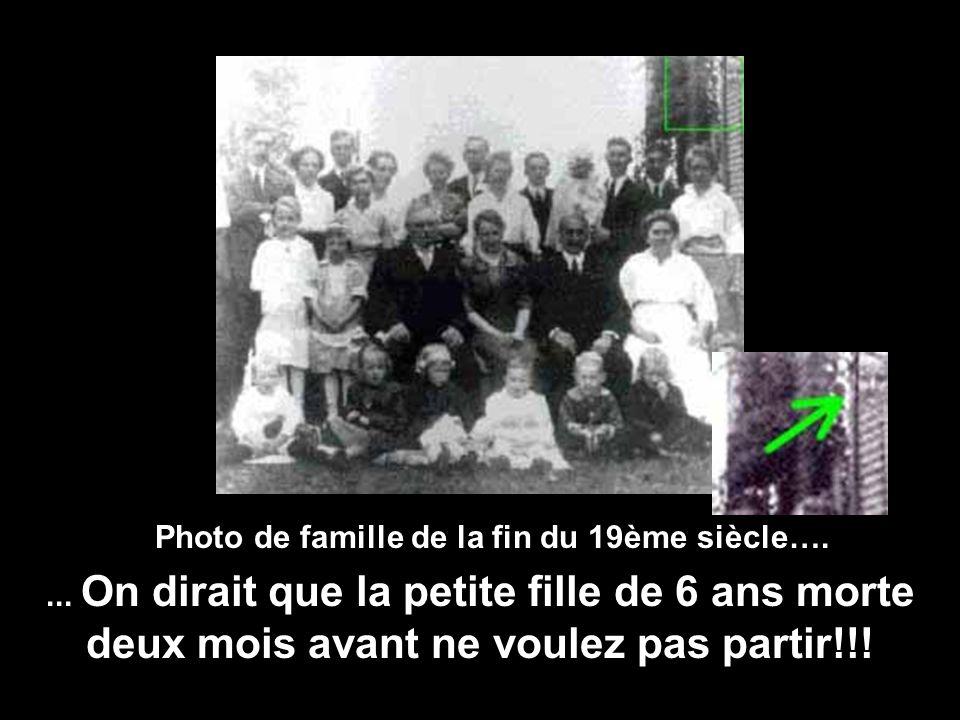 On dirait une photo de famille classique... Mais qui observe la petite famille dans langle de la photo???