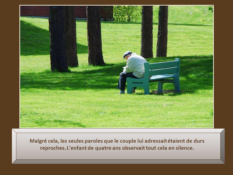 Quand un membre de la famille jetait un coup d'œil dans la direction du grand-père assis seul dans son coin, il avait quelquefois des larmes au coin d