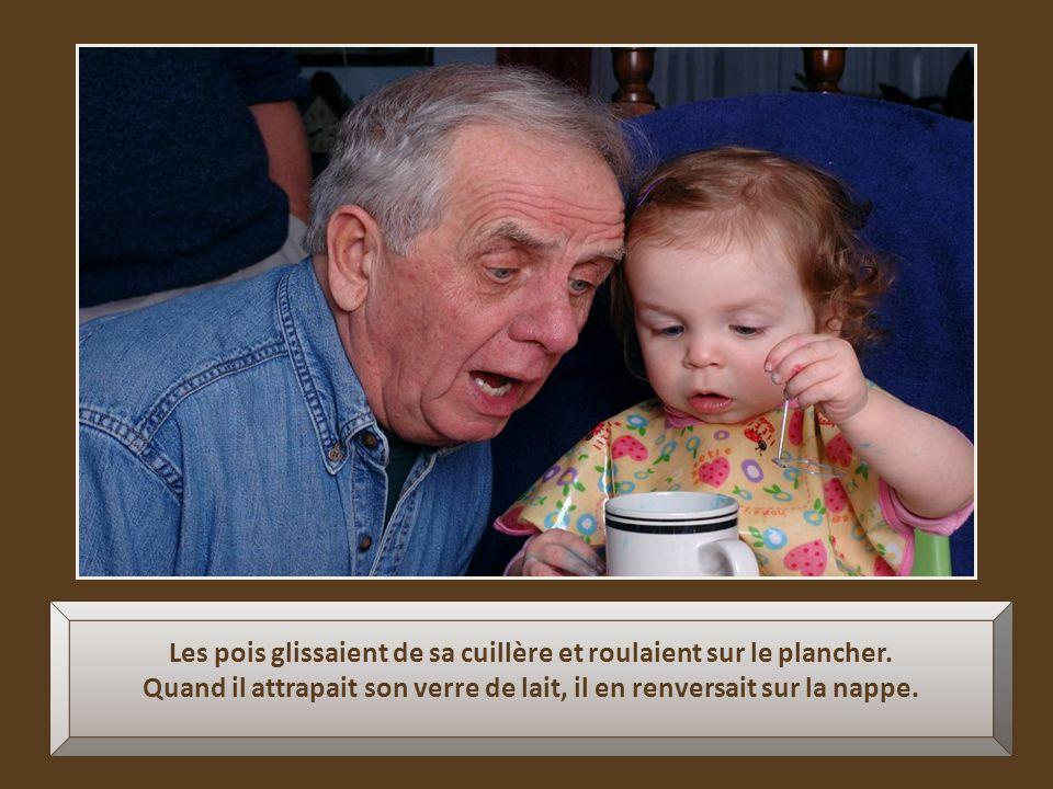 Ils mangeaient tous ensemble à la même table. Mais, pour le vieux grand-père, manger était difficile à cause de ses mains tremblantes.