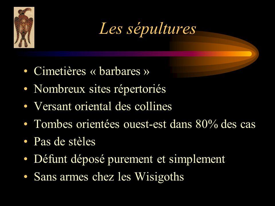 Les sépultures Cimetières « barbares » Nombreux sites répertoriés Versant oriental des collines Tombes orientées ouest-est dans 80% des cas Pas de stèles Défunt déposé purement et simplement Sans armes chez les Wisigoths