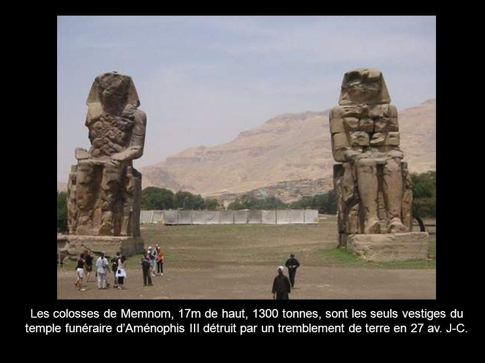 Ptolémée VIII se fait couronner du Pschent, par Nekhbet (déesse de Haute-Égypte) et Ouadjet (déesse de Basse-Égypte) Le Pschent : la double couronne, symbole du pouvoir absolu