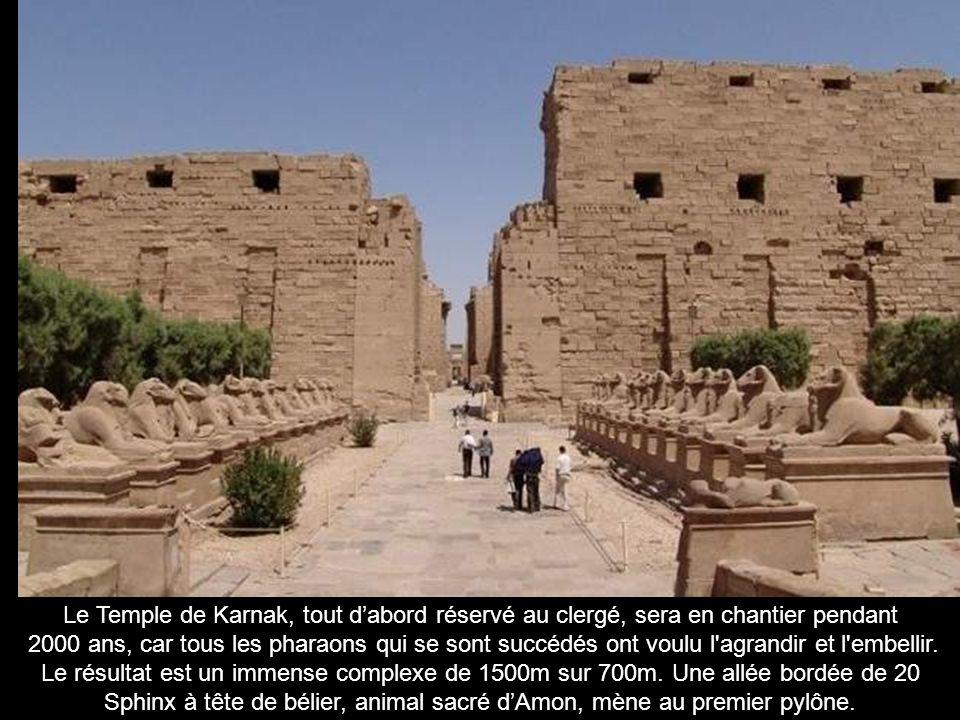 Les colosses de Memnom, 17m de haut, 1300 tonnes, sont les seuls vestiges du temple funéraire dAménophis III détruit par un tremblement de terre en 27 av.