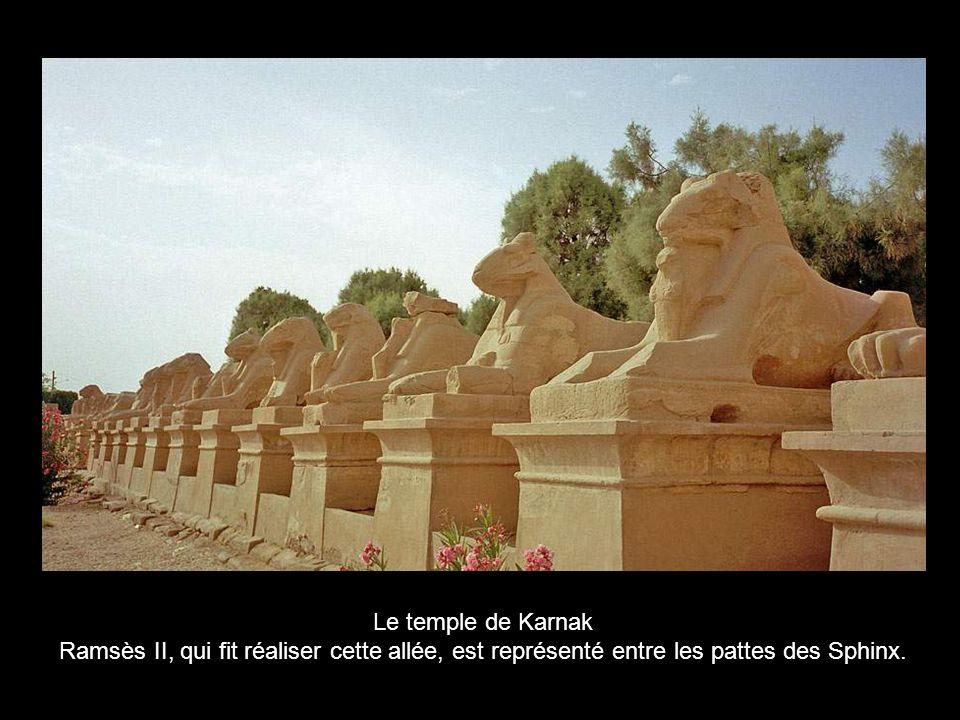 Le Temple de Karnak, tout dabord réservé au clergé, sera en chantier pendant 2000 ans, car tous les pharaons qui se sont succédés ont voulu l agrandir et l embellir.
