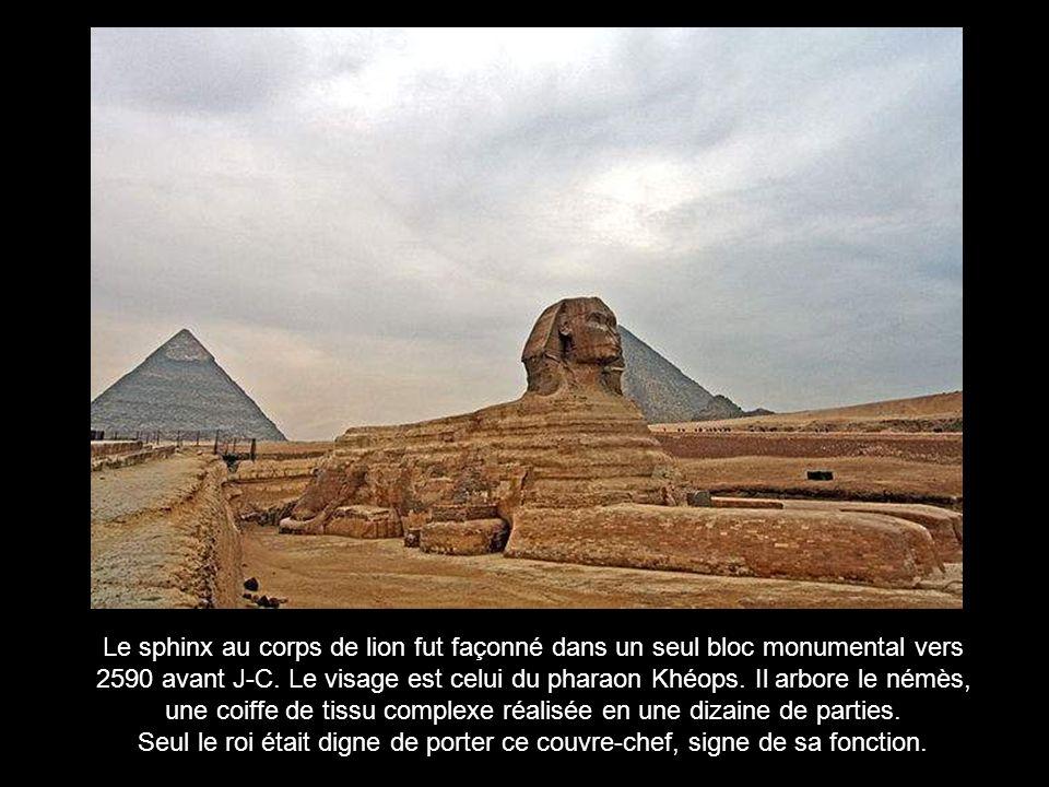Symbolique et religieuse, la scène se lit de gauche à droite 1 : Anubis, gardien du monde des morts, conduit le défunt dans la salle du jugement 2 : Sur une balance, Anubis vérifie si le coeur du défunt est plus léger quune plume Sil est plus lourd, le cœur est avalé par la Dévorante (le chien à tête de crocodile) 3 : Si le coeur est pesé plus léger que la plume, Horus invite le mort à pénétrer au royaume d Osiris.