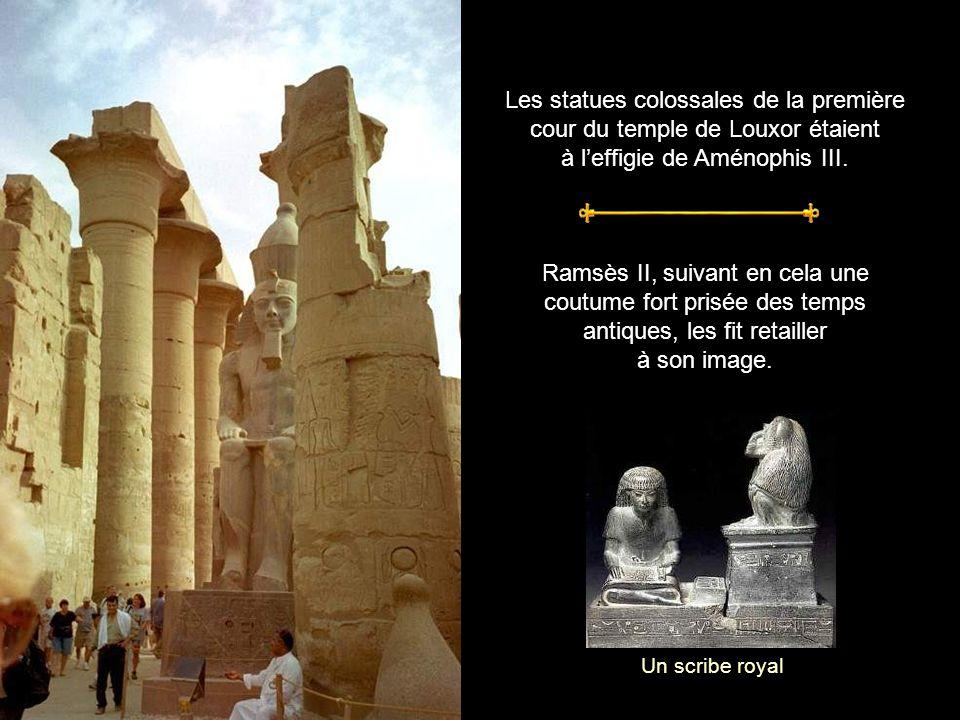 La mosquée dAbou El-Haggag Perchée à plusieurs mètres de haut, la petite mosquée est posée sur le temple.