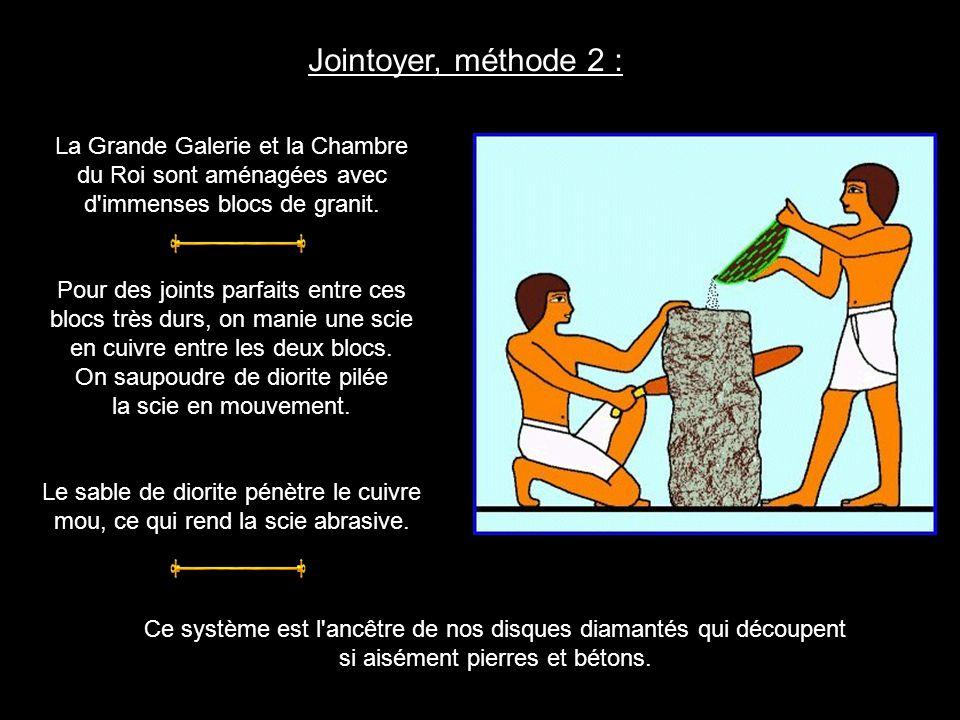 Jointoyer, méthode 1 : Avec un rabot (visible au Louvre) et un marteau, les maçons apportent un soin minutieux aux joints des blocs extérieurs.