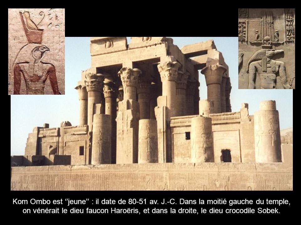 Dans le temple de Louxor, le pharaon présente ses offrandes alimentaires aux dieux Amon-Rê, Mout, Khonsou (la triade thébaine)