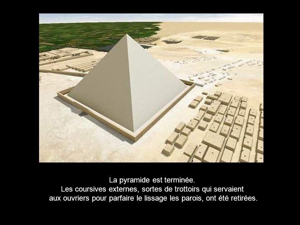 4 ème étape : il reste à placer et orienter le pyramidion de 40 tonnes au sommet.