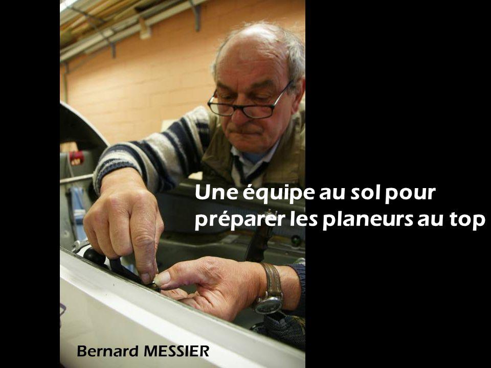 Une équipe au sol pour préparer les planeurs au top Bernard MESSIER