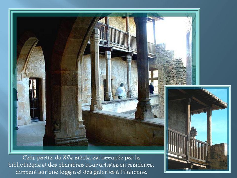 Laccès se fait par une jolie cour avec bassin, en contrebas de la grande terrasse.