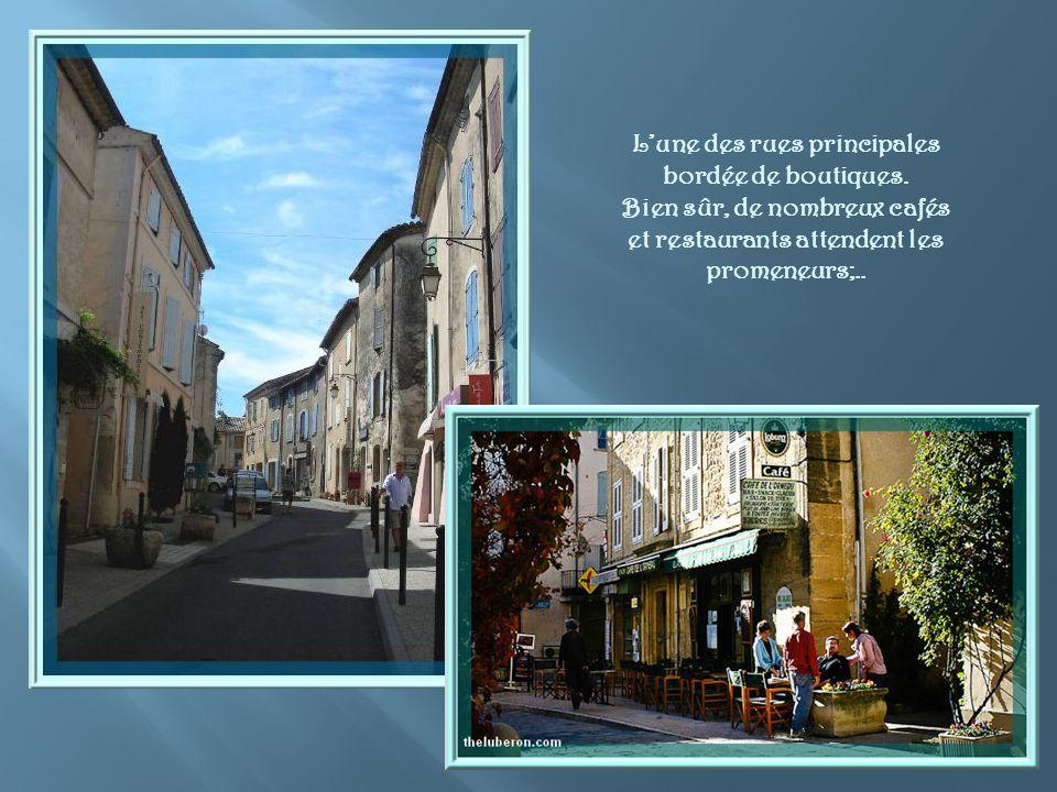Venant du château, après avoir admiré la fontaine, on pénètre dans le vieux village en passant sous cette arcade.