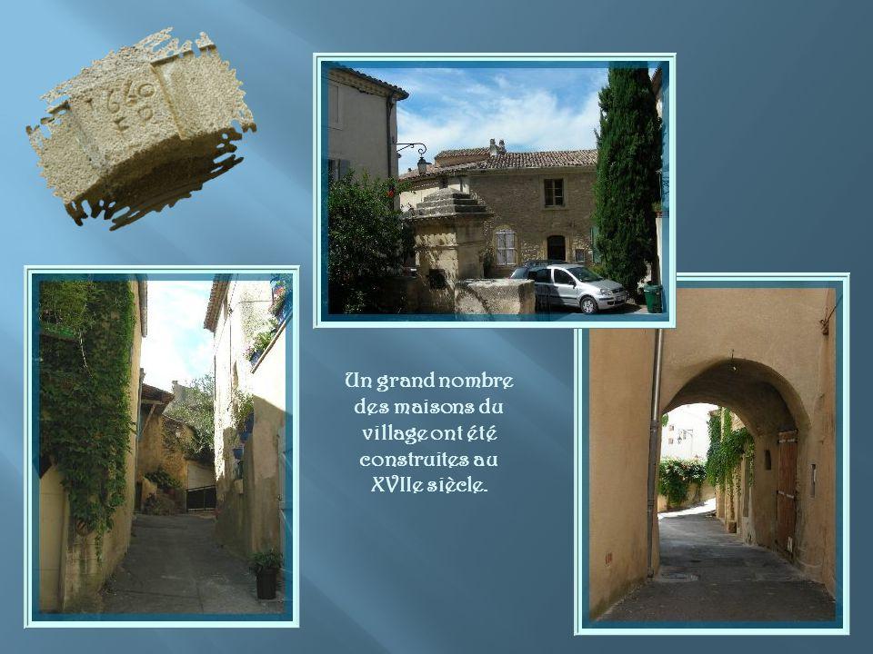 Léglise Saint-André, fermée bien sûr, et sa fontaine apparue en 1850. Son style néo-roman rappelle la façade de léglise, dabord chapelle, au XIe siècl
