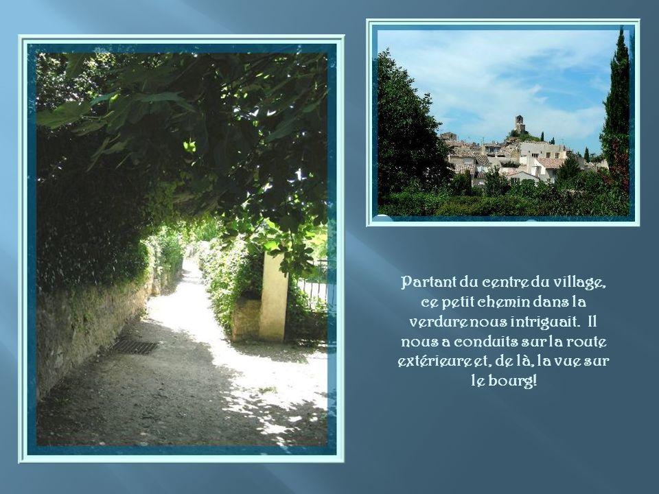 Vieilles maisons aux escaliers de pierre et passage voûté.