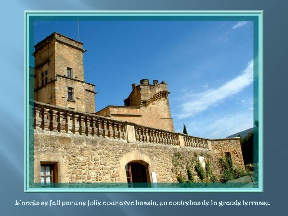 Un peu en dehors, construit sur une butte, le château semble surveiller le village. Son dernier propriétaire, Robert Laurent- Vibert, la restauré et l