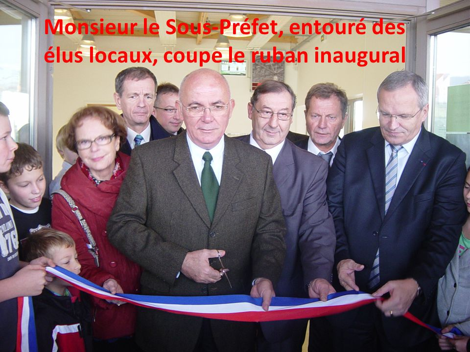 Monsieur le Sous-Préfet, entouré des élus locaux, coupe le ruban inaugural