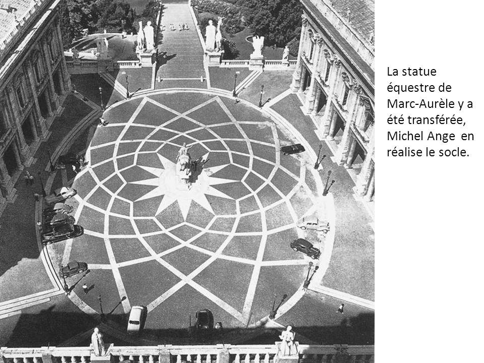 La statue équestre de Marc-Aurèle y a été transférée, Michel Ange en réalise le socle.
