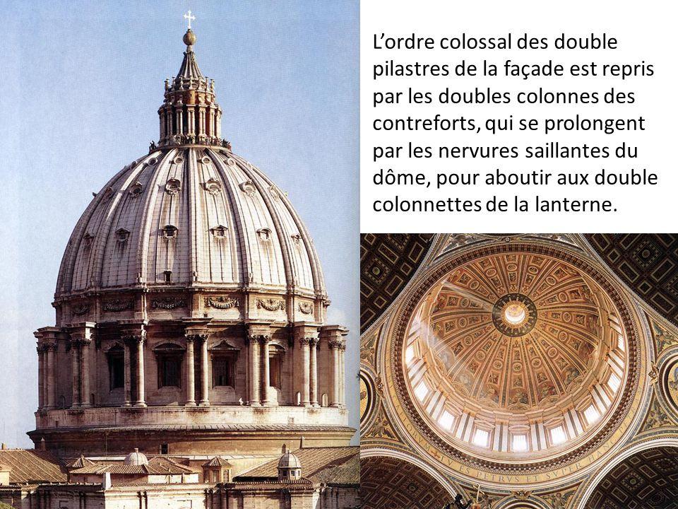 Lordre colossal des double pilastres de la façade est repris par les doubles colonnes des contreforts, qui se prolongent par les nervures saillantes d