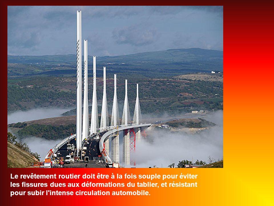 Le viaduc a une largeur totale de 32 mètres, qui comprend 2 voies de circulation dans chaque sens et un accotement sur les deux côtés.
