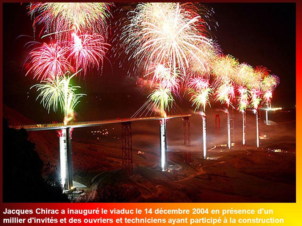 Avec léclairage architectural du viaduc, celui-ci est visible de jour comme de nuit depuis toute la vallée.