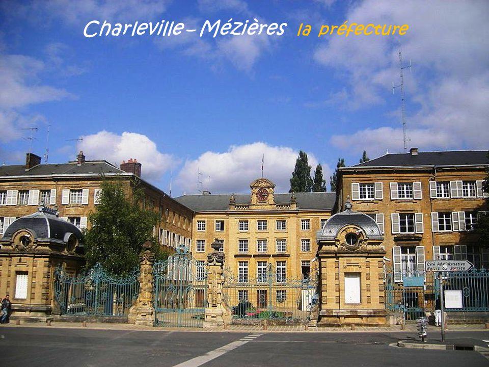 Charleville – Mézières place Ducale La place La fontaine Les arcades Le marché de Noël
