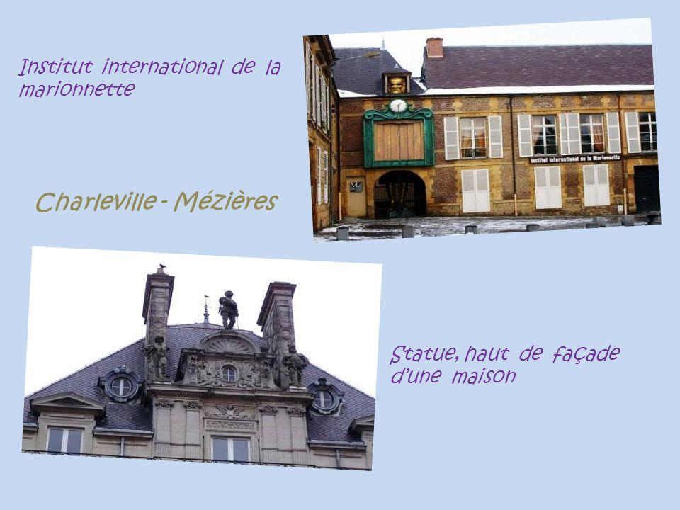 Institut international de la marionnette Statue, haut de façade dune maison Charleville - Mézières