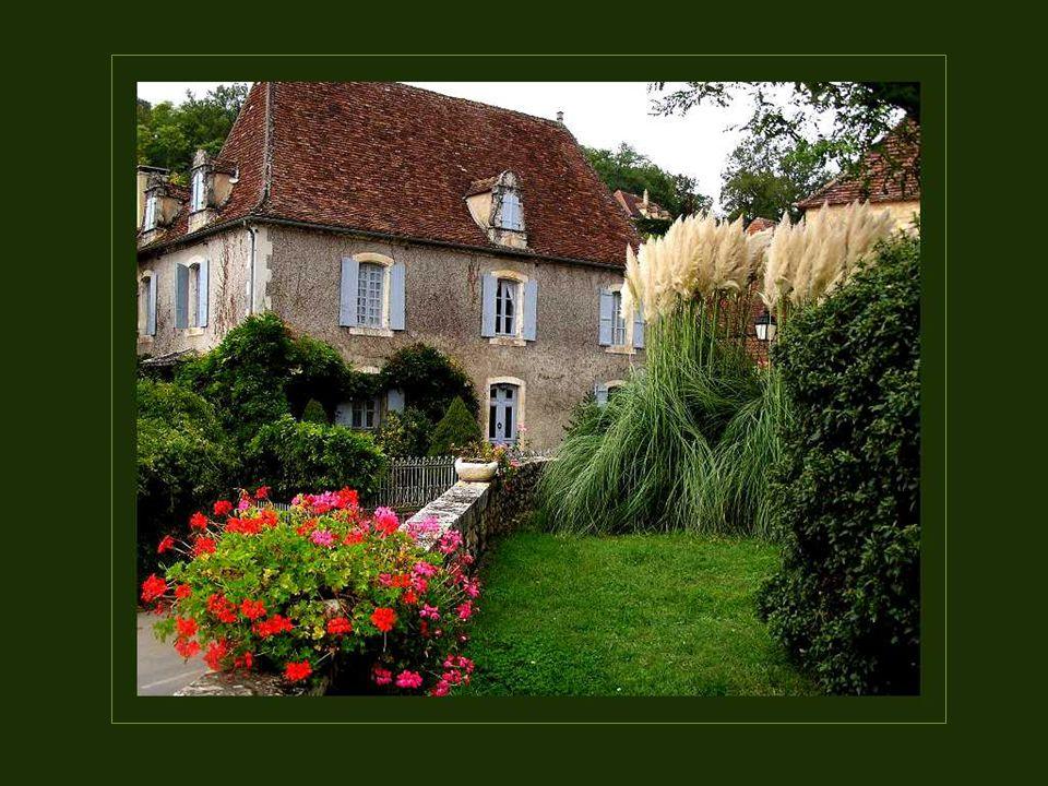 Cest ici, sur les rives de la Dordogne, que les gentilshommes et les nobles dAquitaine se faisaient construire de somptueux manoirs et de riches papillons dont plusieurs sont très bien conservés.