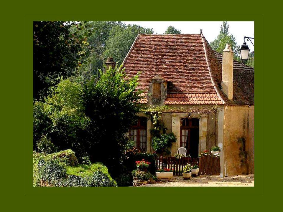 Les toits des habitations de la Dordogne sont souvent étroits et hauts afin de favoriser lécoulement des fortes pluies dhiver, abondantes dans cette région Les toits des habitations de la Dordogne sont souvent étroits et hauts afin de favoriser lécoulement des fortes pluies dhiver, abondantes dans cette région.