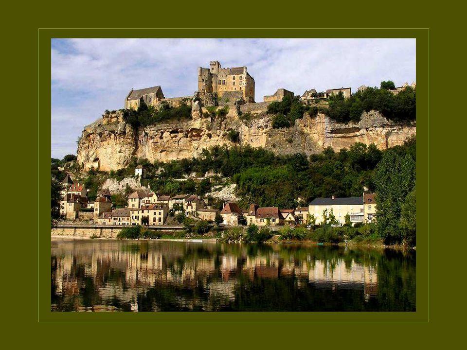 Les gabarres font découvrir aux visiteurs les plus beaux villages de la France médiévale.
