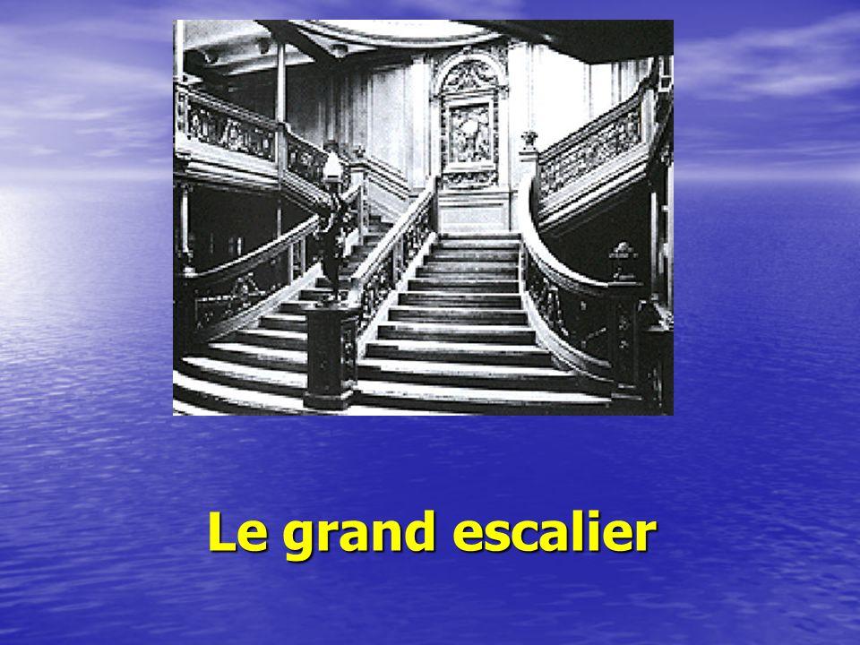 Une ville flottante Il était vraiment magnifique avec : ses appartements luxueux, ses ponts, escaliers, ses salons, couloirs, ses piscines intérieures