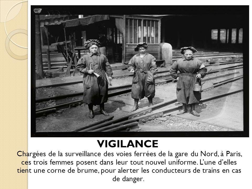 VIGILANCE Chargées de la surveillance des voies ferrées de la gare du Nord, à Paris, ces trois femmes posent dans leur tout nouvel uniforme. Lune dell