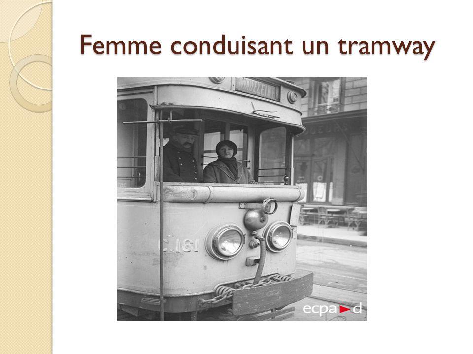 Femme conduisant un tramway